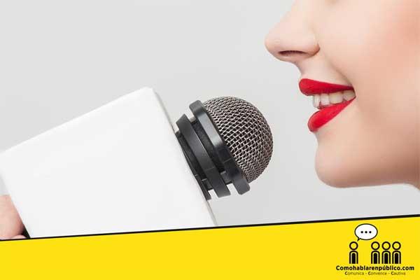 usar y modular la voz al hablar en publico
